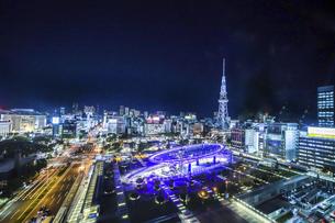 オアシス21水の宇宙船越しに名古屋テレビ塔を見る夜景の写真素材 [FYI04766712]