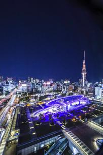 オアシス21水の宇宙船越しに名古屋テレビ塔を見る夜景の写真素材 [FYI04766713]