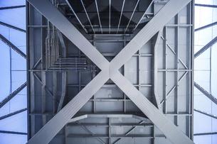 名古屋テレビ塔真下より構造部を見上げるの写真素材 [FYI04766721]