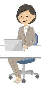 PCを操作するスーツの女性のイラスト素材 [FYI04766739]