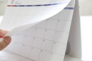 カレンダーをめくるの写真素材 [FYI04766864]