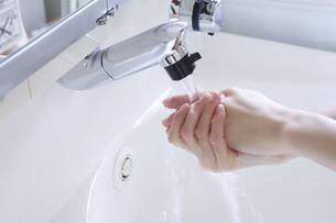 水での手洗いの写真素材 [FYI04766867]