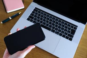 スマートフォンを持つ手元の写真素材 [FYI04766897]