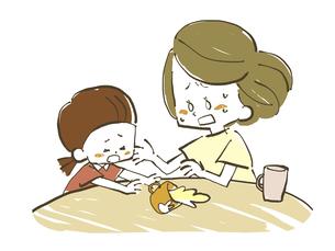 飲み物をこぼす子供と慌てる母親のイラスト素材 [FYI04766919]
