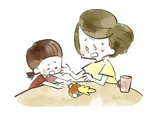 飲み物をこぼす子供と慌てる母親-水彩のイラスト素材 [FYI04766920]