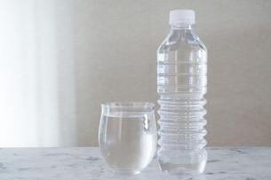 コップの水とペットボトルの水の写真素材 [FYI04766924]