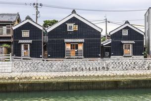 勢多川沿いに建つ3棟の河崎商人蔵の写真素材 [FYI04766943]