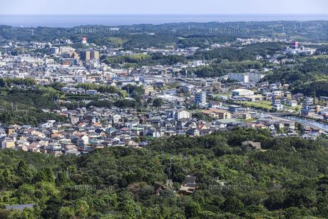 横山展望台より見る遠く太平洋を望む鵜方の街並みの写真素材 [FYI04766975]