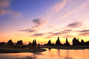 夜明けの橋杭岩の写真素材 [FYI04766997]