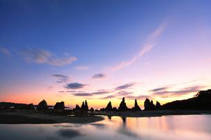 夜明けの橋杭岩の写真素材 [FYI04766998]