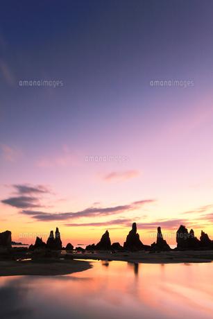 夜明けの橋杭岩の写真素材 [FYI04766999]