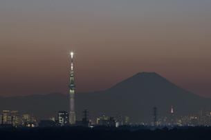 富士山とスカイツリー 夜景の写真素材 [FYI04767017]