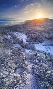 別所森林公園付近から望む新雪の独鈷山と朝日と別所温泉遠望の写真素材 [FYI04767050]