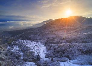 別所森林公園付近から望む新雪の独鈷山と朝日と別所温泉遠望の写真素材 [FYI04767051]