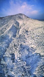 別所森林公園付近から望む朝の新雪の夫神岳の写真素材 [FYI04767052]
