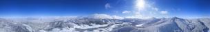 県道34号長野市境付近から望む霧氷の菅平高原の全周パノラマの写真素材 [FYI04767054]