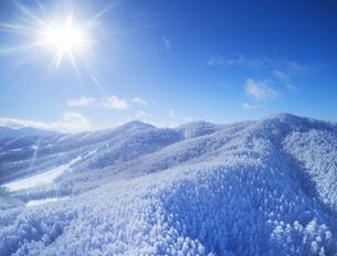 県道34号長野市境付近から望む霧氷と大松山などの山並みの写真素材 [FYI04767056]