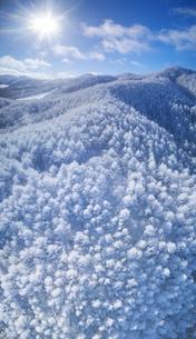 県道34号長野市境付近から望む霧氷と大松山などの山並みの写真素材 [FYI04767058]