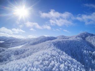 県道34号長野市境付近から望む霧氷と大松山などの山並みの写真素材 [FYI04767059]