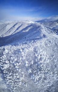 県道34号長野市境付近から望む梯子山などの山並みと樹氷の写真素材 [FYI04767072]