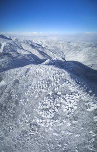 県道34号長野市境付近から望む長野市方向の山並みと樹氷の写真素材 [FYI04767074]