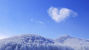 県道34号長野市境付近で望む保基谷岳前衛峰の霧氷とハートの雲の写真素材 [FYI04767076]