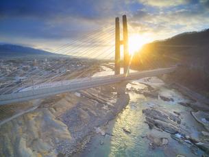 ハープ橋と北陸新幹線と千曲川と朝日の写真素材 [FYI04767087]