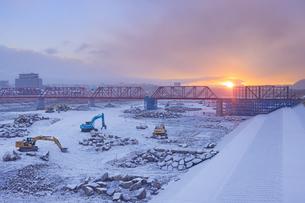 新雪の別所線千曲川橋梁復旧工事現場と朝日の写真素材 [FYI04767089]