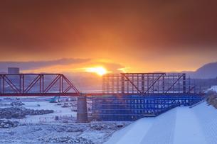 新雪の別所線千曲川橋梁復旧工事現場と朝日の写真素材 [FYI04767093]