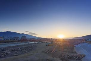 別所線千曲川橋梁復旧工事現場と烏帽子岳と朝日の写真素材 [FYI04767097]