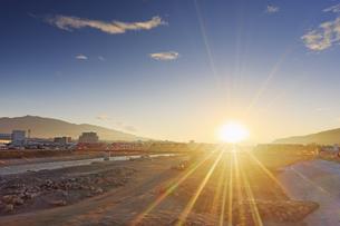 別所線千曲川橋梁復旧工事現場と烏帽子岳と朝日の写真素材 [FYI04767098]