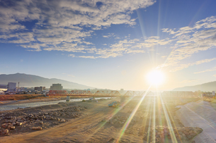 別所線千曲川橋梁復旧工事現場と烏帽子岳と朝日の写真素材 [FYI04767099]
