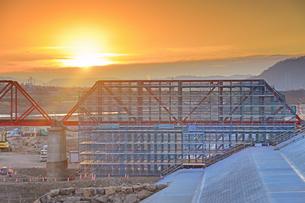 別所線千曲川橋梁復旧工事現場と朝日の写真素材 [FYI04767101]