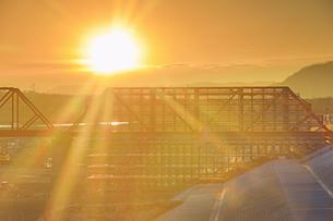 別所線千曲川橋梁復旧工事現場と朝日の写真素材 [FYI04767102]