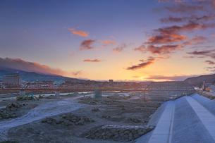 別所線千曲川橋梁復旧工事現場と朝焼けの写真素材 [FYI04767105]