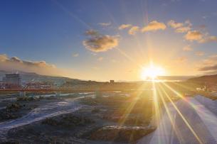 別所線千曲川橋梁復旧工事現場と朝日の写真素材 [FYI04767107]
