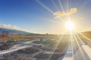 別所線千曲川橋梁復旧工事現場と朝日の写真素材 [FYI04767108]
