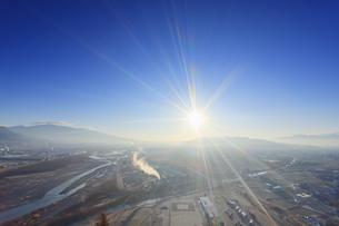 千曲公園から望む上田市街と千曲川と烏帽子岳と朝の光の写真素材 [FYI04767129]