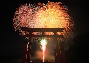 生島足島神社の大鳥居と日本遺産認定記念レイライン花火の写真素材 [FYI04767131]