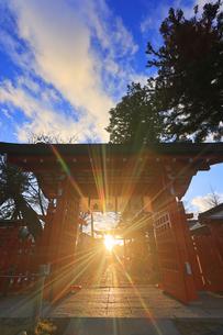 生島足島神社の西御門と冬至の夕日の写真素材 [FYI04767135]