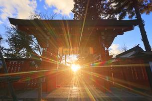 生島足島神社の西御門と冬至の夕日の写真素材 [FYI04767136]