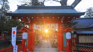生島足島神社の東御門と冬至の夕日の写真素材 [FYI04767138]