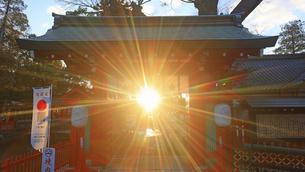 生島足島神社の東御門と冬至の夕日の写真素材 [FYI04767139]