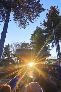 生島足島神社の西御門と冬至の夕日を撮影する群衆の写真素材 [FYI04767143]