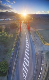 生島足島神社の大鳥居と冬至付近の夕日の写真素材 [FYI04767146]