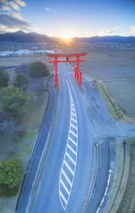 生島足島神社の大鳥居と冬至付近の夕日の写真素材 [FYI04767148]