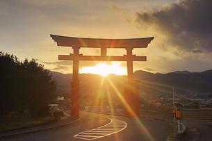 生島足島神社の大鳥居と冬至付近の夕日の写真素材 [FYI04767151]