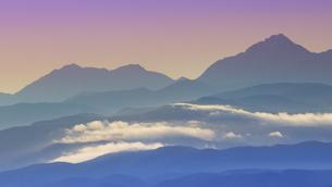 高ボッチ高原から望む朝の滝雲と甲斐駒ケ岳と鳳凰三山の写真素材 [FYI04767152]