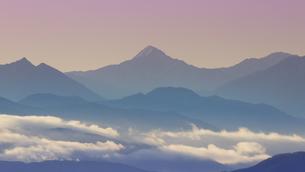 高ボッチ高原から望む朝の滝雲と北岳の写真素材 [FYI04767153]