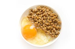 卵かけ納豆ごはん 黄身の写真素材 [FYI04767312]